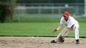 Mies ottamassa palloa kiinni räpylällä.